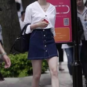 666  街拍美女:白衬衣牛仔短裙美月退高跟极品气质姐姐